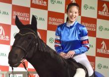 今田美桜、ジョッキー姿で騎乗体験 赤ちゃん写真に照れ笑いも
