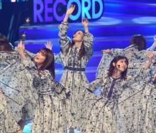 『レコ大』乃木坂46が2年連続の大賞  西野七瀬と白石麻衣が涙のハグ