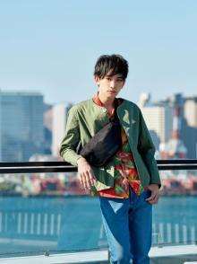町田啓太、人気ブランド新作を華麗に着こなし ジャケットスタイル&柄シャツコーデ披露