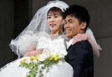 """吉田沙保里、純白ドレスで武井壮から""""お姫様抱っこ"""" 理想は「楽しく元気に笑顔があふれる結婚式」"""