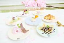 原宿の回転スイーツカフェに桜色メニューが仲間入り♡オリジナルタンブラーの販売もスタート♩