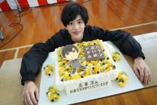 志尊淳「24歳、頑張ります」 杉咲花ら『アタル』共演者が祝福