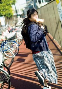 日向坂46・齊藤京子、等身大のキュートな表情 カジュアルスタイルでパンを頬張る