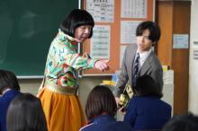 古田新太、女装姿で教壇に立つ 『俺スカ』撮入でキンプリ永瀬らと対面