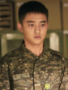 映画『神と共に』新場面写真が公開 EXO・D.O.が軍服姿でうつろな表情に