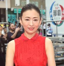 【沖縄国際映画祭】松雪泰子、真っ赤な肩出しドレスは大九監督のため「赤が好きなので」