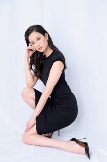 菜々緒、華麗な黒ドレスで輝く美脚披露 平成ラスト『FLASH』カバー飾る