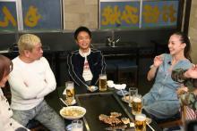 土屋アンナ、三倉茉奈&三倉佳奈が来店「本音でハシゴ酒」のお店紹介in五反田