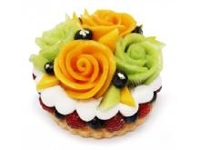 フルーツの花束をのせた「カフェコムサ」の父の日限定ケーキ