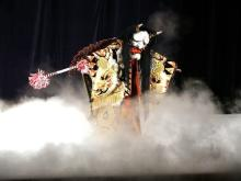 大迫力!ホテル庭園内の能舞台で伝統芸能「夜神楽」開催