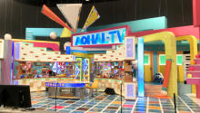 『アオハルTV』の美術セットは青春から連想した「ポップな学校」