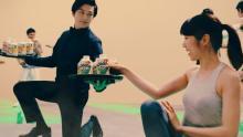 新田真剣佑がウエイター姿でアクション クールな表情でスポーツマンたちをサポート