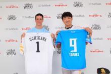 F・トーレス選手、ホークス内川選手とユニホーム交換 子どもたちにエール「夢となる人を持つのは素晴らしいこと」