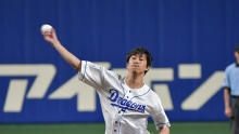 佐野岳、仮面の背番号をつけ始球式に登場!地元愛知で111km/hをマーク