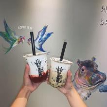 キリンのイラストが目印。大阪発タピオカチーズティー専門店「タピチ」はもうチェックしましたか?