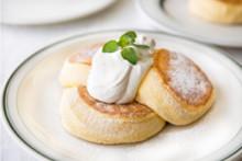 奇跡のパンケーキ×丸ごと白桃♩フリッパーズ、贅沢な桃づくしの一皿は9日間だけのお楽しみ♡