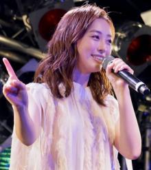 福原遥、親友・堀田真由のサプライズに涙 ソロ歌手デビューで目標は「安室奈美恵さん」