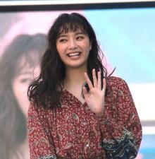 新川優愛、結婚発表後初の公の場に笑顔で登場「ありがとうー!」 観客へ幸せオーラ振りまく