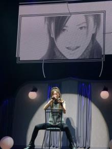 倉木麻衣、20年前のデビュー曲MVをステージと映像で完全再現 ツアー初日オープニングで披露