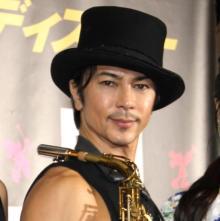 武田真治、着衣姿に自虐「服を着込んだ私に何の価値がある…」 タンクトップでサックス演奏