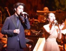 シンバ・賀来賢人&ナラ・門山葉子、2000人の前で「愛を感じて」熱唱