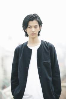 渡邊圭祐デザイン監修のTシャツ発売決定 カラバリは白&黒 『仮面ライダージオウ』ウォズで人気に