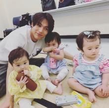 """中川大志、赤ちゃんとの""""パパ練""""ショットに悶絶の声「可愛いの渋滞、、」"""