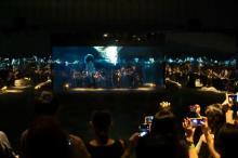 """米津玄師""""全面鏡""""の空間で「馬と鹿」MV解禁 映像との一体化に来場者興奮"""