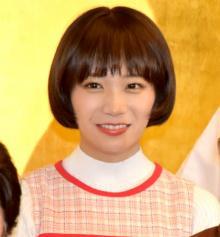 秋元真夏、初舞台は『サザエさん』ワカメ役 おかっぱ&ひざ上ワンピを再現