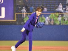 川口春奈、5年ぶり始球式でノーバン投球披露 前回のリベンジ果たし笑顔