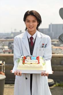磯村勇斗、27歳誕生日『時効警察』ファミリーが祝福
