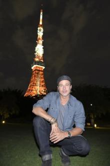 ブラッド・ピット、束の間の東京観光 タワーに向かって「クール!」