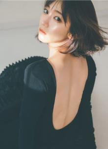 吉岡里帆『フライデー』史上初の2号連続表紙 黒ドレスまとい美背中を披露