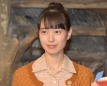 戸田恵梨香、貧乏すぎるヒロインに苦笑 『スカーレット』ヒロイン登場シーンは借金取りからの逃亡
