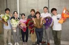 山口智子ら法医学教室の面々が感無量のクランクアップ!上野樹里から花束も