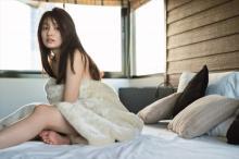 吉川愛、ハタチ記念写真集で「ちょっと大人になった」オフ顔&美肌を大胆披露