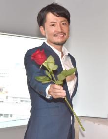 2代目バチェラー小柳津林太郎氏、ローズ持ち写真撮影で笑顔「久しぶりです」 誕生日のあす新会社設立へ