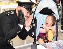 クロちゃん、予告なしで渋谷に登場 赤ちゃん泣かせ慌てる ギャルからハリセンの洗礼も