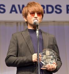 西島隆弘、声帯手術公表後初の公の場 変わらぬ美声でスピーチも「まだザラつく」