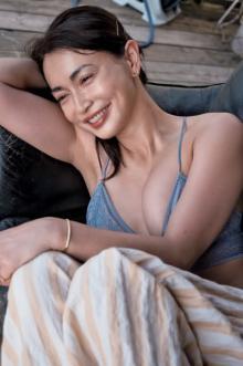 """""""41歳""""長谷川京子、16年ぶり写真集 一夜限りで「スナック京子」開店 リリー・フランキー「女盛りである」"""