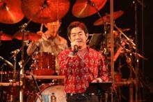 """宮沢和史、30周年コンサートで映し出された""""人に寄り添う""""音楽人生の旅"""