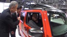 マツコ、東京モーターショーへ 軽自動車に乗り、原付にまたがる超レアショット披露