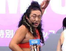ロバート秋山、観客巻き込み大暴走 美尻トレーナーになりきり「尻エイターと呼ばれております」