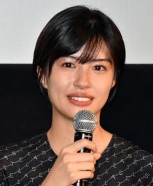 佐久間由衣、初主演映画『隠れビッチ』あいさつで目潤ませる「強烈なタイトルですが…」
