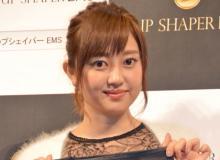 菊地亜美、ミニスカワンショルワンピで肌見せ「セクシ~でいい感じ」「脚がとっても綺麗」