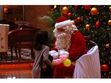 サンタが部屋にプレゼントをお届け!今年のクリスマスは沖縄のホテルで