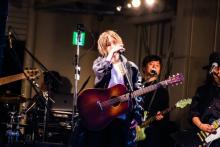 山本彩、アメ村三角公園でフリーライブ 3000人であふれ返り3曲で終了