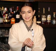 """長谷川京子、着物姿の""""ママ""""でおもてなし 一夜限定でスナック開店"""