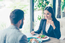 男性が食事デートで育ちが悪そうと感じる女性とは?