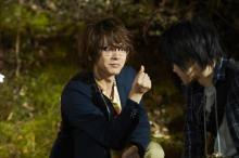 自称・ホームズ役の中村倫也が何かひらめく? 映画『屍人荘の殺人』場面写真公開